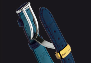 The buckle is comprised of a pivoting element fixed to one side of the bracelet to allow proper adjustment.